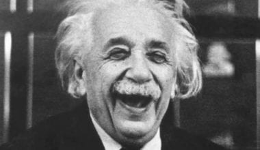 Einstein laughing1 380x220 - Orelativite času, myšlienok acien zemiakov