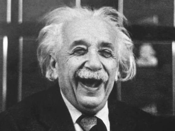 Einstein laughing1 580x435 - Orelativite času, myšlienok acien zemiakov
