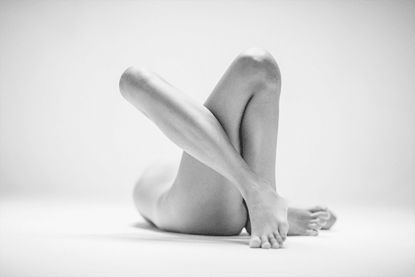 3-Dramatic-Monochromatic-Shots-Of-Nude-Human-Body