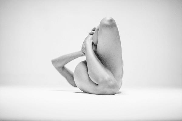 4-Dramatic-Monochromatic-Shots-Of-Nude-Human-Body