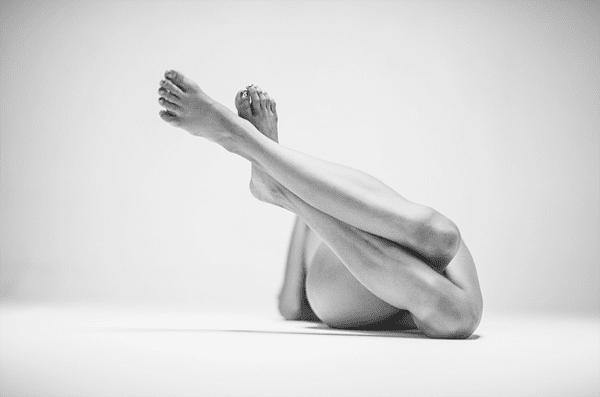5-Dramatic-Monochromatic-Shots-Of-Nude-Human-Body