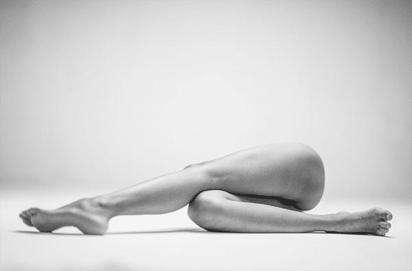 6-Dramatic-Monochromatic-Shots-Of-Nude-Human-Body
