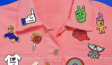 qPLJcdkDS6EgdQu9iGrxKN 380x220 - Vtipné odznaky reflektujú predvolebnú situáciu v USA