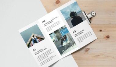 Tri Fold Brochure MockUp 2 600 1 380x220 - Mockup rozkladacej brožúry zadarmo!