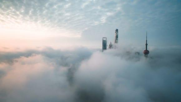 Aerial View Of Shanghai 1024x576 580x326 - 10 čarovných fotografií veľkomiest ukrytých pod rúškom hmly