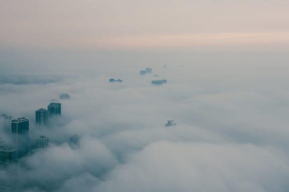 Aerial view of extremely foggy day in Chicago 1024x683 580x387 - 10 čarovných fotografií veľkomiest ukrytých pod rúškom hmly