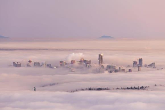 Fog Over Vancouver 1024x683 580x387 - 10 čarovných fotografií veľkomiest ukrytých pod rúškom hmly