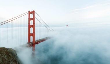 Golden Gate Bridge with low fog San Francisco 1024x683 380x220 - 10 čarovných fotografií veľkomiest ukrytých pod rúškom hmly