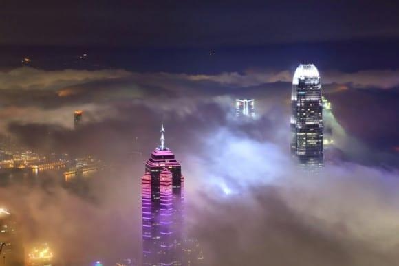 Hong Kong skyscrapers 1024x683 580x387 - 10 čarovných fotografií veľkomiest ukrytých pod rúškom hmly