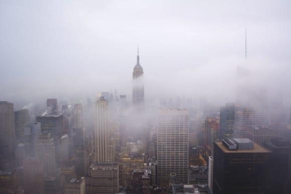 Misty NYC 1024x683 580x387 - 10 čarovných fotografií veľkomiest ukrytých pod rúškom hmly