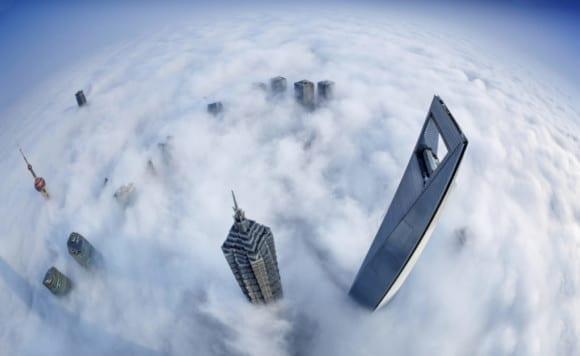 Shanghai Skyline in Sea of Clouds 1024x628 580x356 - 10 čarovných fotografií veľkomiest ukrytých pod rúškom hmly