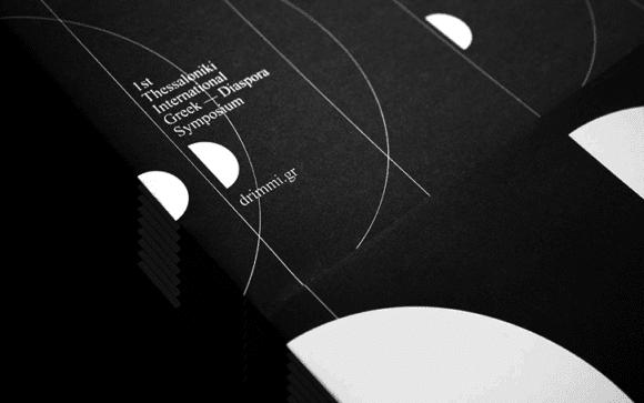 Stergios Galikas Thessaloniki symposium graphic design itsnicethat 5 580x363 - Post-Spectacular Office, geometrická identita pro první sympozium o řecké migraci