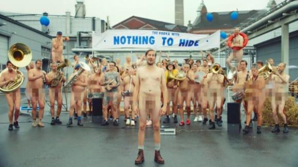 Absolut Naked Nothing To Hide 6 580x326 - Vposlední kampani společnosti Absolut Vodka se objevují zaměstnanci absolutně nazí