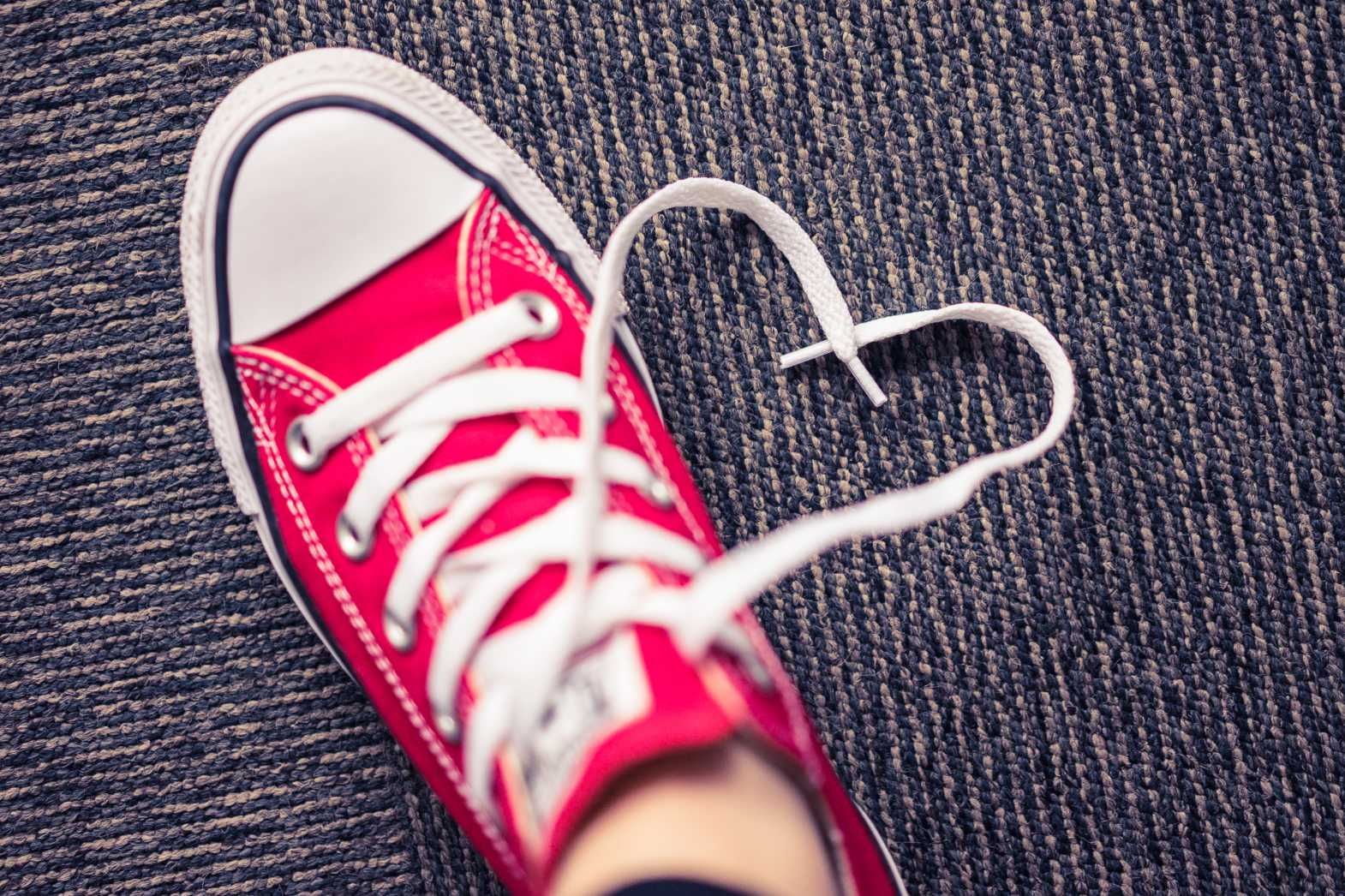 happy shoes shoelace heart free stock photos picjumbo.com  - Valentýnské fotografie zdarma – picjumbo.com