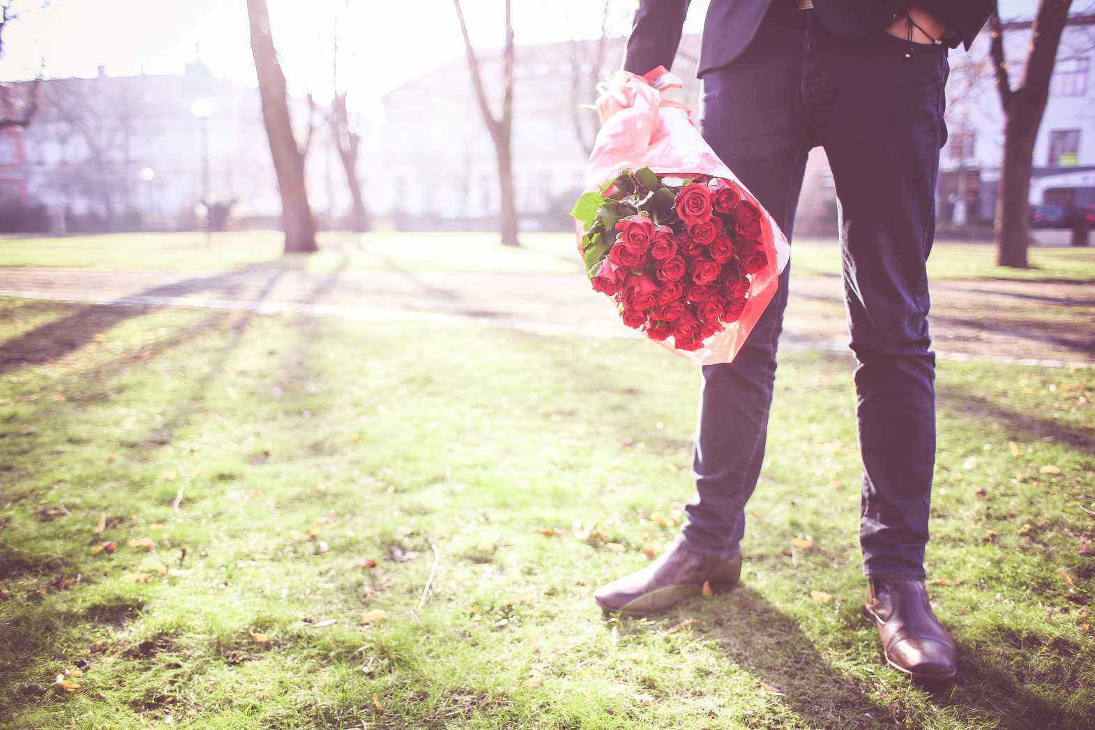 man with roses waiting for his lady free stock photos picjumbo.com  - Valentýnské fotografie zdarma – picjumbo.com
