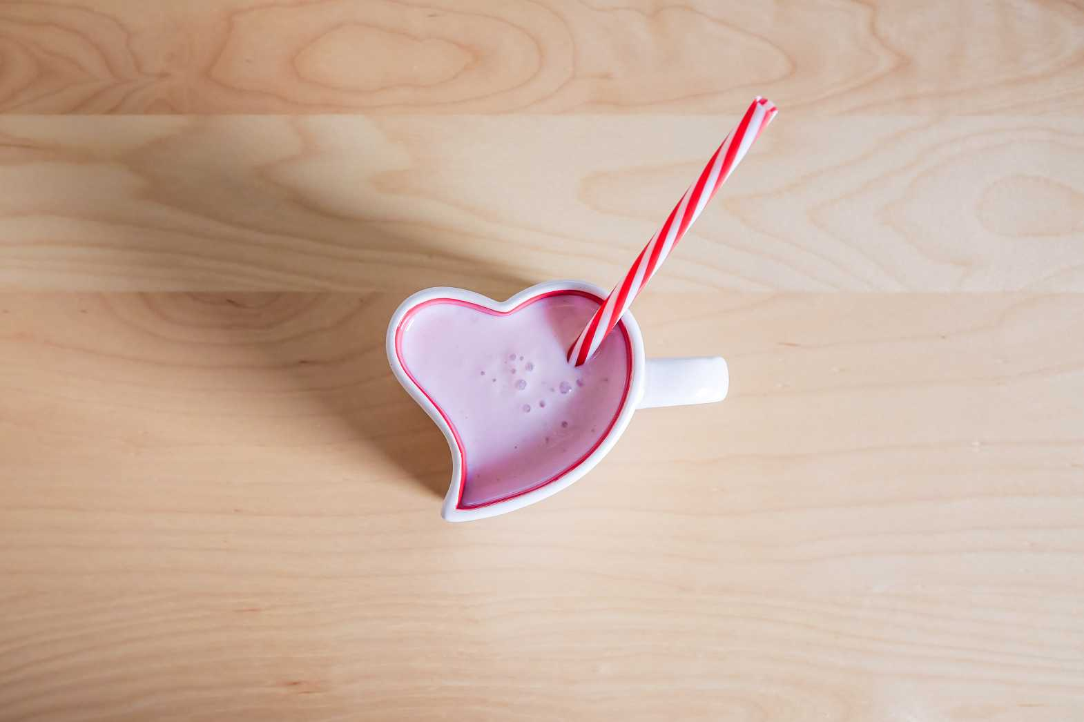 strawberry milkshake in lovely heart shaped cup free stock photos picjumbo.com  - Valentýnské fotografie zdarma – picjumbo.com