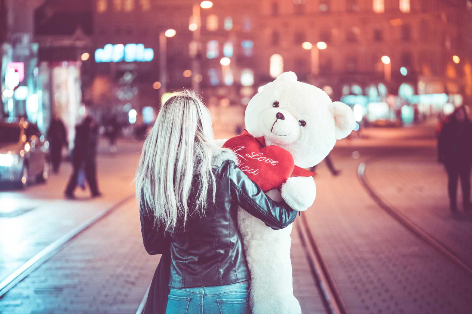 young woman walking with a big teddy bear at night free stock photos picjumbo.com  - Valentýnské fotografie zdarma – picjumbo.com