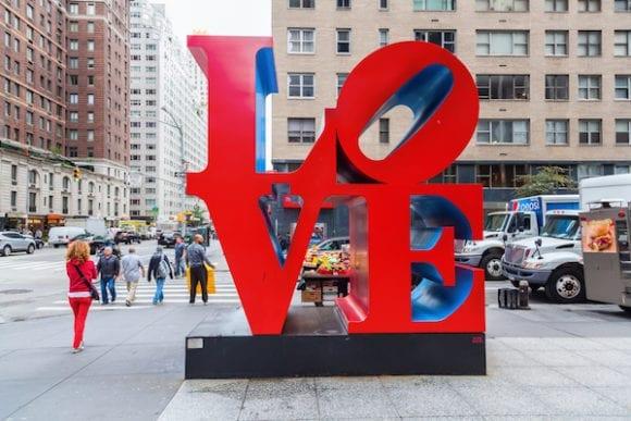 """LOVE Park Artist Robert Indiana 1 580x387 - Ve věku 89 let zemřel Robert Indiana, tvůrce ikonického """"LOVE"""" díla"""