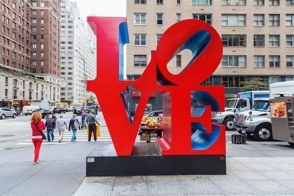 """LOVE Park Artist Robert Indiana 1 - Ve věku 89 let zemřel Robert Indiana, tvůrce ikonického """"LOVE"""" díla"""